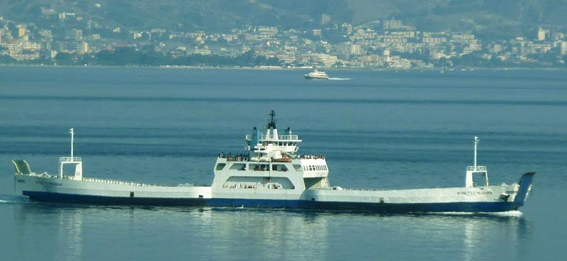 Nave Short Shipping Stretto Di Messina